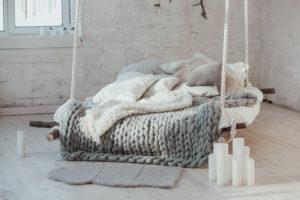 In Ein Hyggeliges Schlafzimmer Gehört Ein Gemütliches Bett.