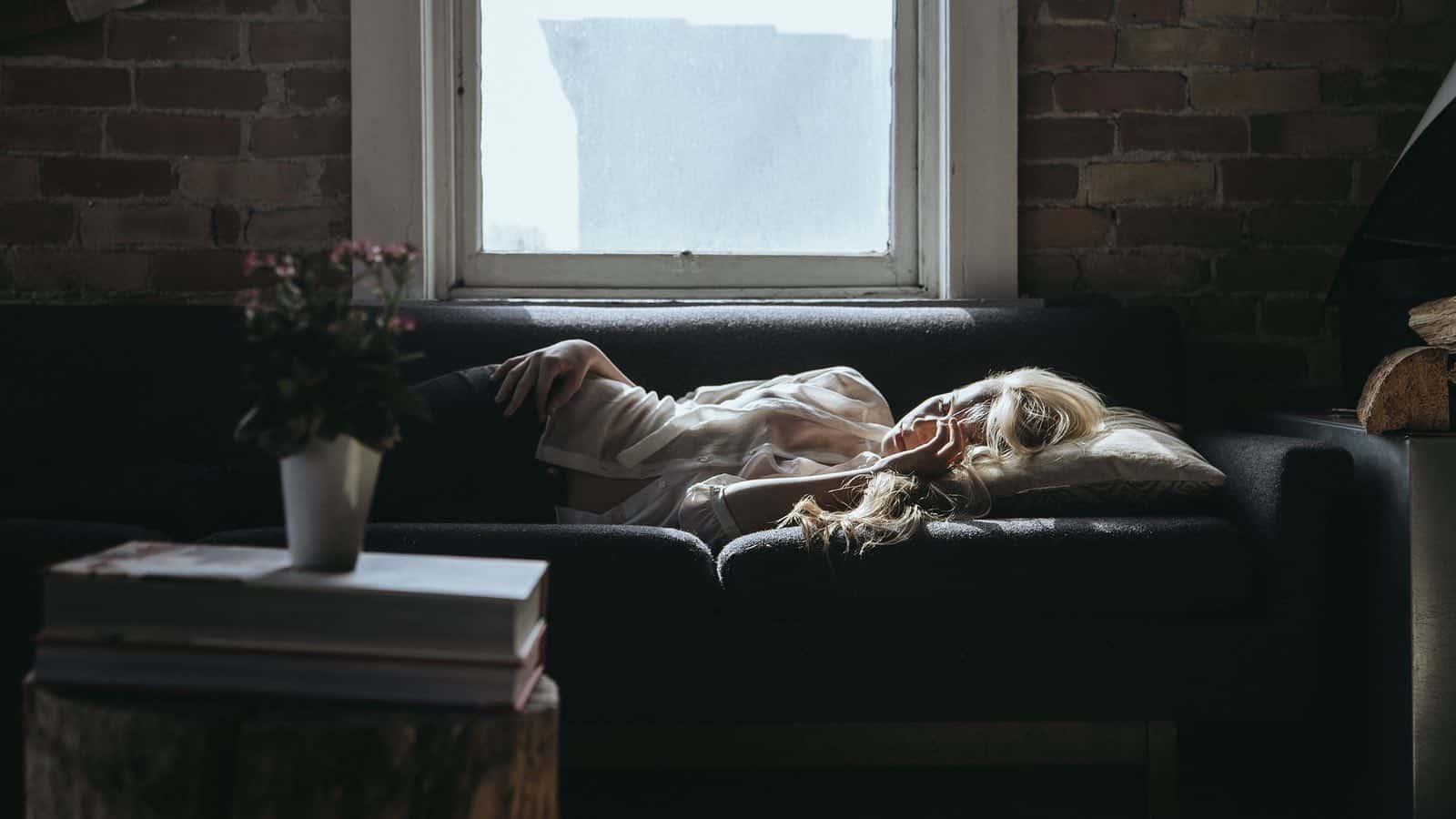 Auf dem Rücken schlafen, kann Sabbern im Schlaf mindern