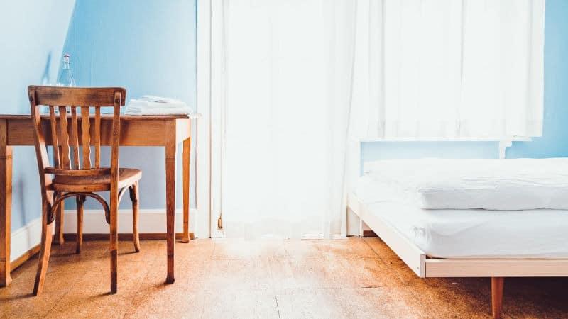 Schimmel im Schlafzimmer: Behandlung, Gefahren und Ursachen ▷