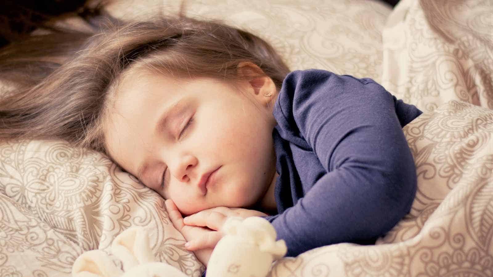 Baby weint im Schlaf - Wieso das so ist und was du dagegen tun kannst!