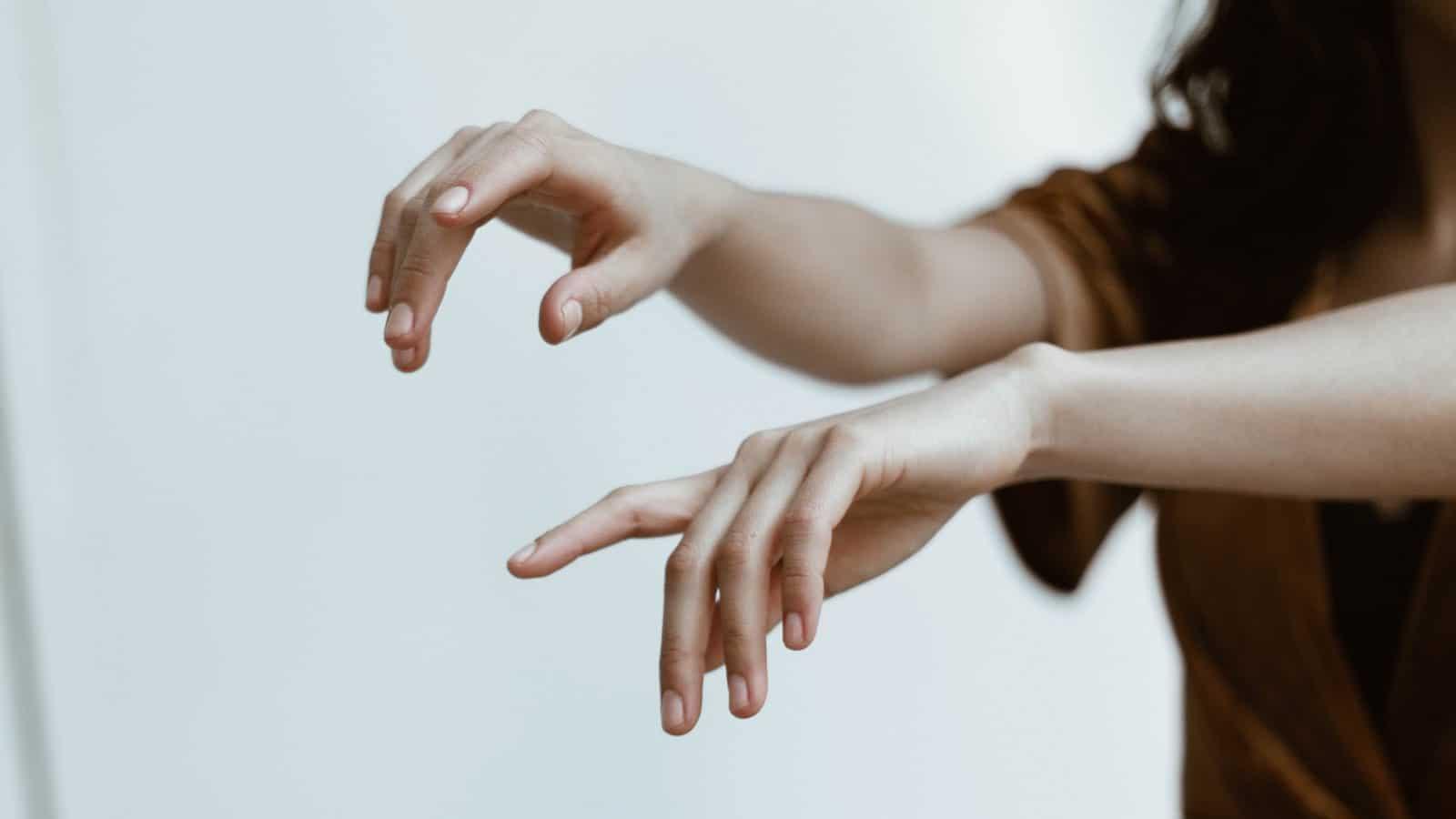 Steife Finger am Morgen- 5 Gründe und was du dagegen tun kannst!