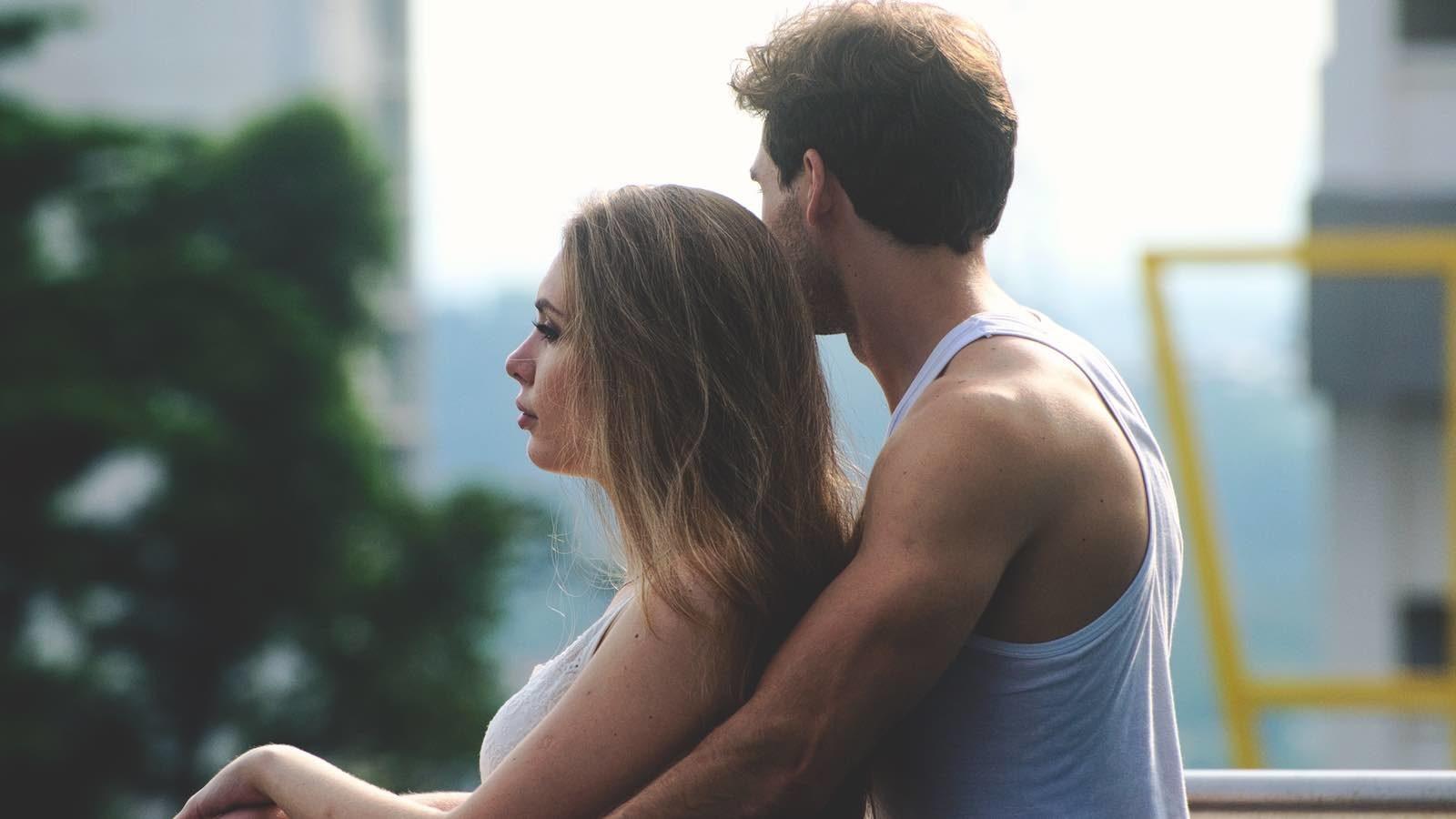 Dating ein Mädchen mit natürlichen lockigen Haaren