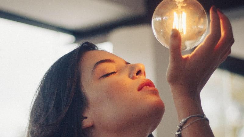 Lichttherapie gegen Akne- Rot & Blaues Licht gegen Pickel