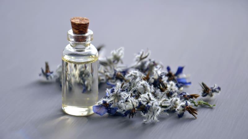 Was sind die besten ätherischen Öle gegen Akne