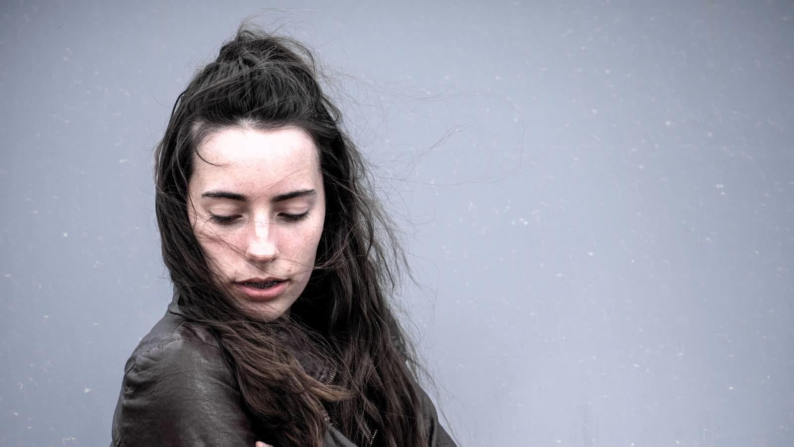 Graue Haare Mit 20 8 Ursachen Und Was Dagegen Wirklich Hilft
