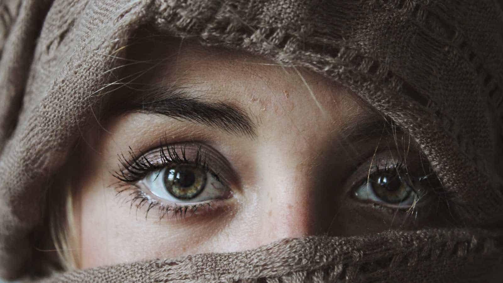 Geschwollene Augen- 11 Tipps & Hausmittel, die sofort helfen