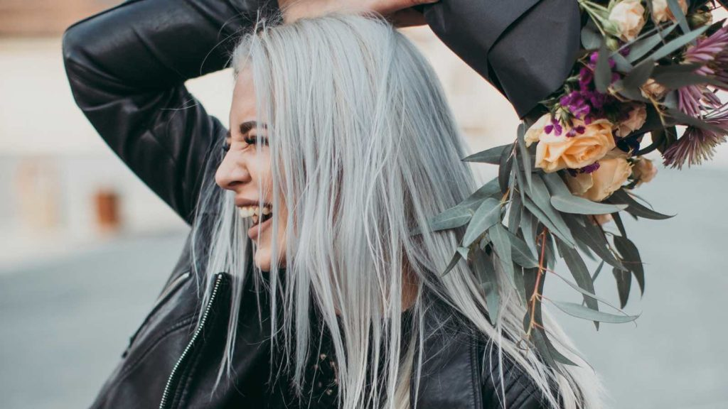 Graue Haare rauswachsen lassen: Wie funktioniert es am besten?