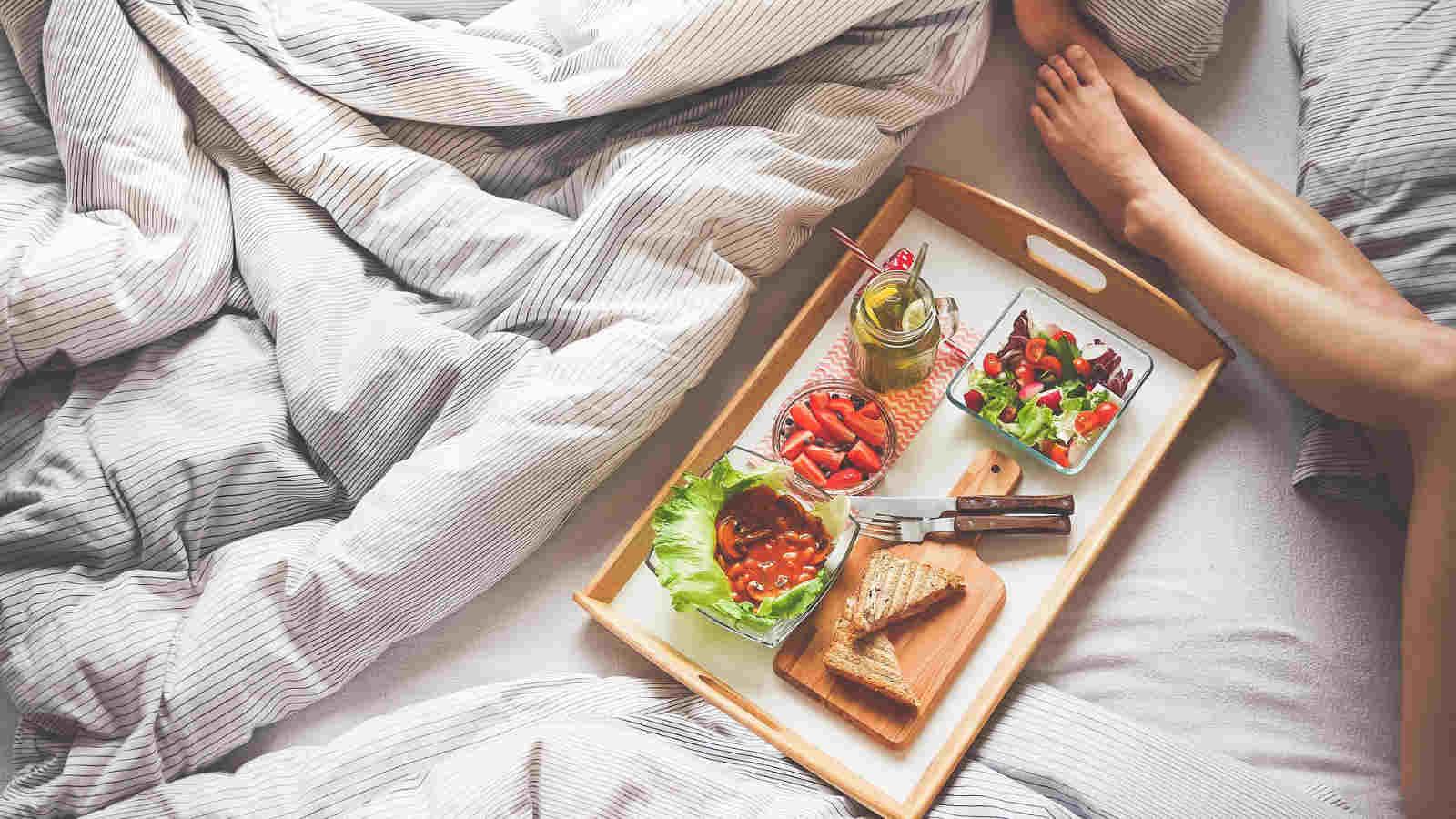 Fettverbrennung im Schlaf gezielt unterstützen- Mit einfachen Mitteln und Low-Carb-Gerichten im Schlaf lästige Pfunde verlieren