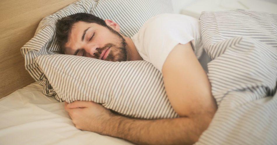 Morgens besser aus dem Bett kommen. Diese 13 Tipps werden dir helfen.
